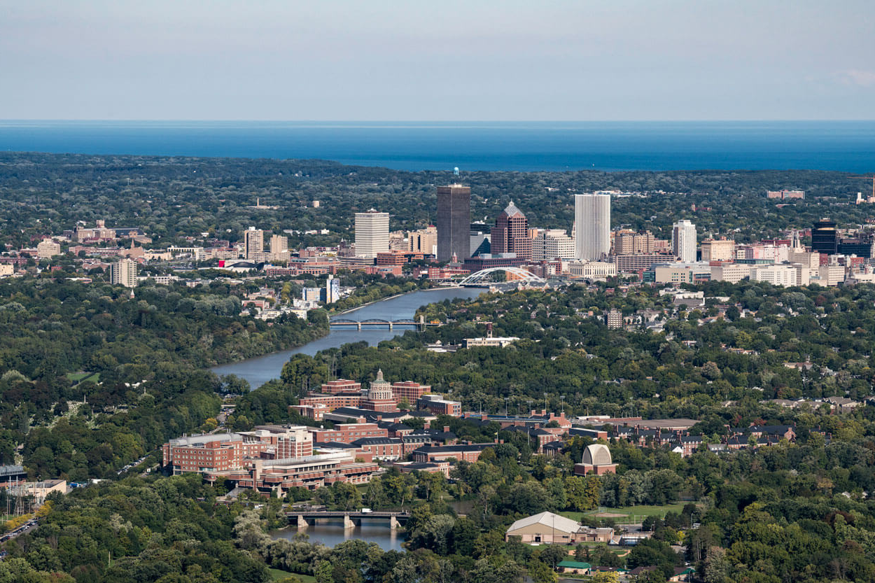 Aerial image of University of Rochester with city of 澳门皇冠赌博app in background
